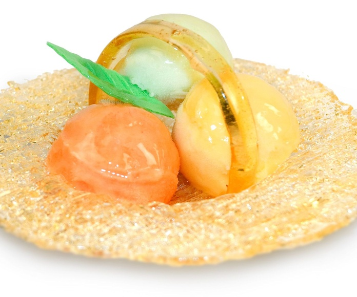 Pieza artesanal de caramelo rellena de tres bolas de helado o sorbete.  Sabores a elegir según pedido.