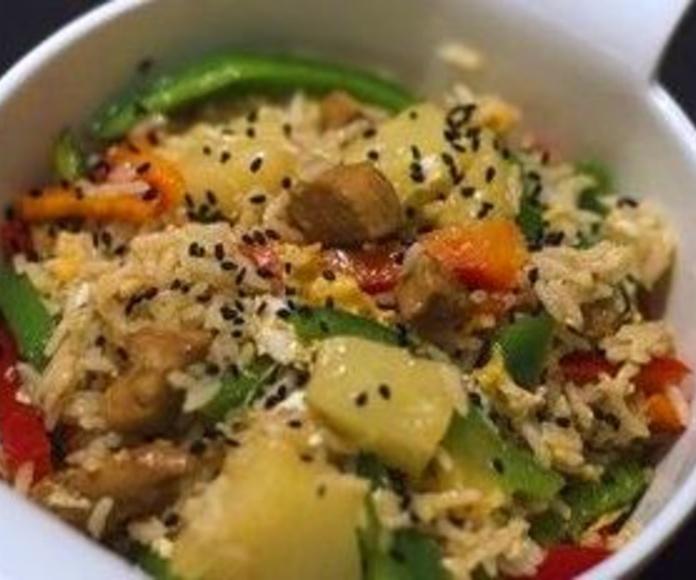 Arroz con cerdo ahumado y verduras thai