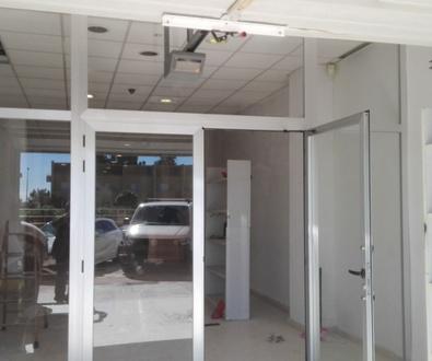 Frente de aluminio y cristal puertas batientes con fijos en PAIPORTA