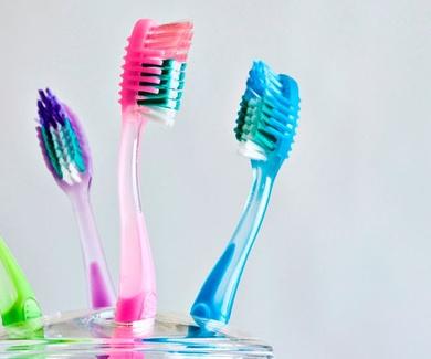 Cómo cuidar tu cepillo de dientes en tres sencillos pasos