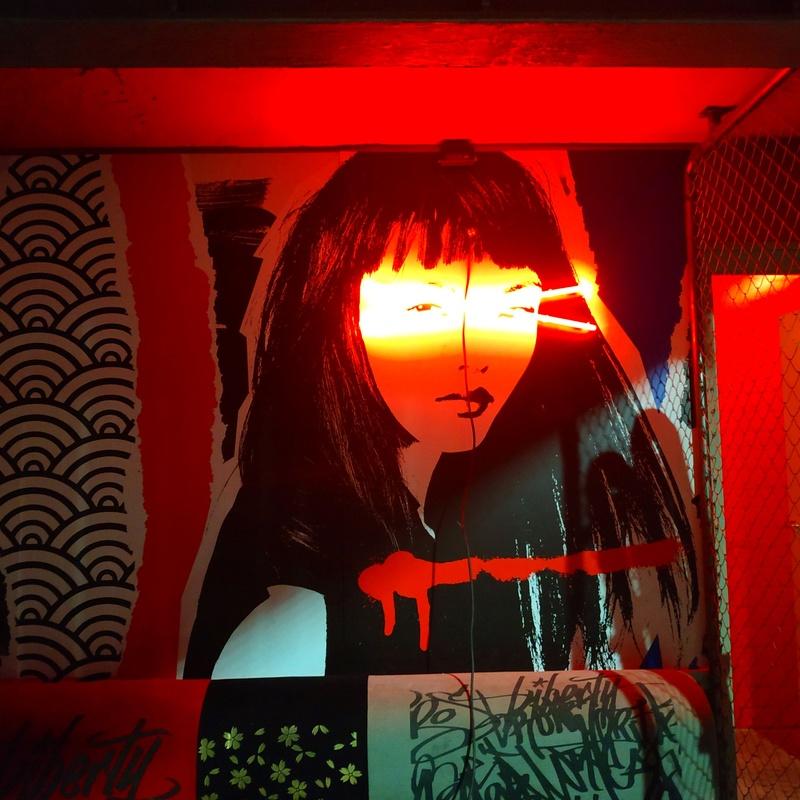 Neón, sobre base impresa para decoración de pared discoteca