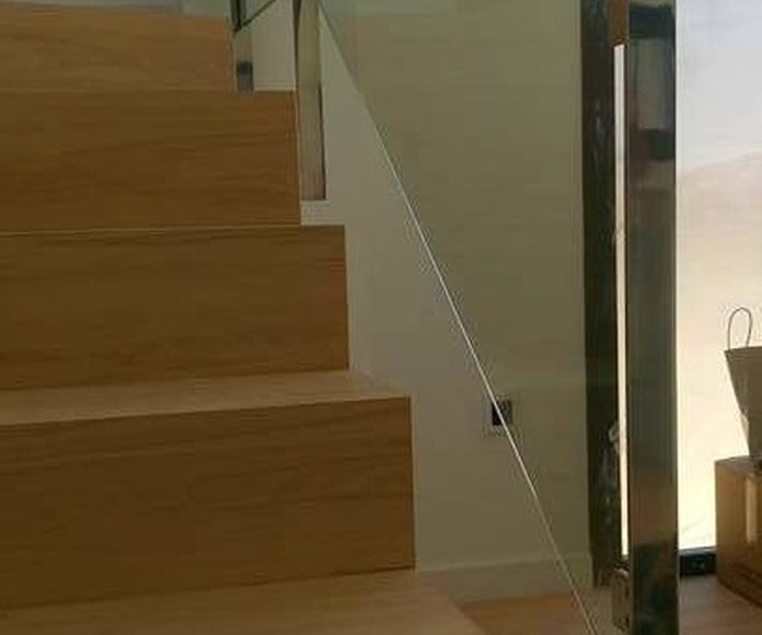 Barandilla de acero inoxidable y vidrio diseñada y montada a medida para vivienda particular