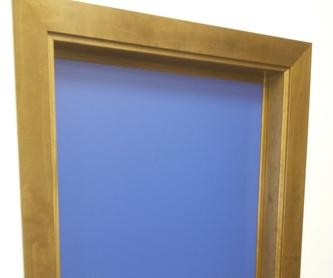 Puertas melamina de colores y marco en madera maciza.