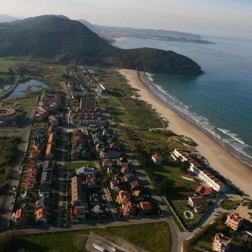 Vista panorámica del enclave de la Residencia y Centro de Día Santa Ana en Santoña