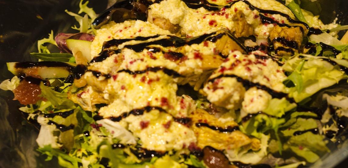 Restaurante moderno en Valencia: ensalada de pollo con manzana verde y vinagreta de requesón y nueces