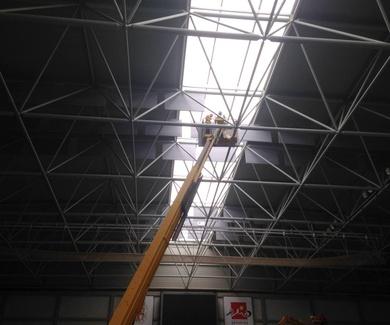 Instalan paneles correctores en el Pabellón para mejorar la acústica
