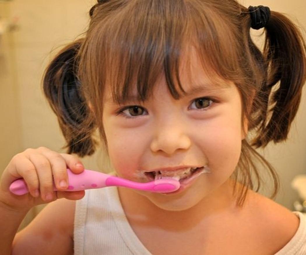 Cuándo deben aprender los niños a cepillarse los dientes