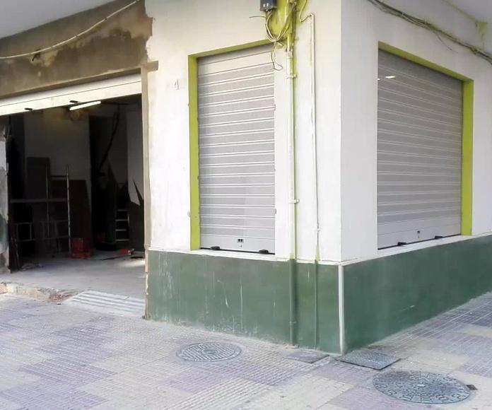 PUERTAS ENROLLABLES DE ALUMINIO FAREM LAMAS DE 100 LISAS Y MICROPERFORADAS OVALADAS RAL 9006 GRIS