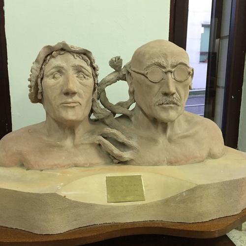 Busto realizado por internos del CP.El Dueso de Gregorio Pumarejo y Rafaela Azcue