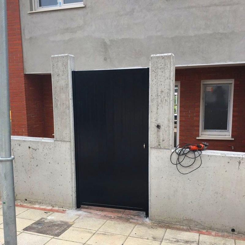 Puerta de hierro acabado negro en chalet Derio