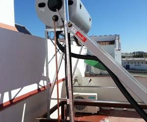 Montaje de equipos compactos de energía solar doméstica en Huelva