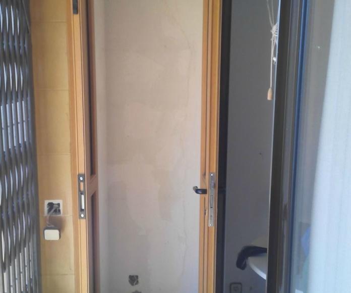 Puerta de aluminio imitación madera de 2 hojas abatibles con panel sandwich, cerradura y manivela
