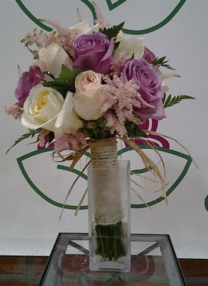 Ramo de rosas y astilbe.: Servicios de Arte Flor
