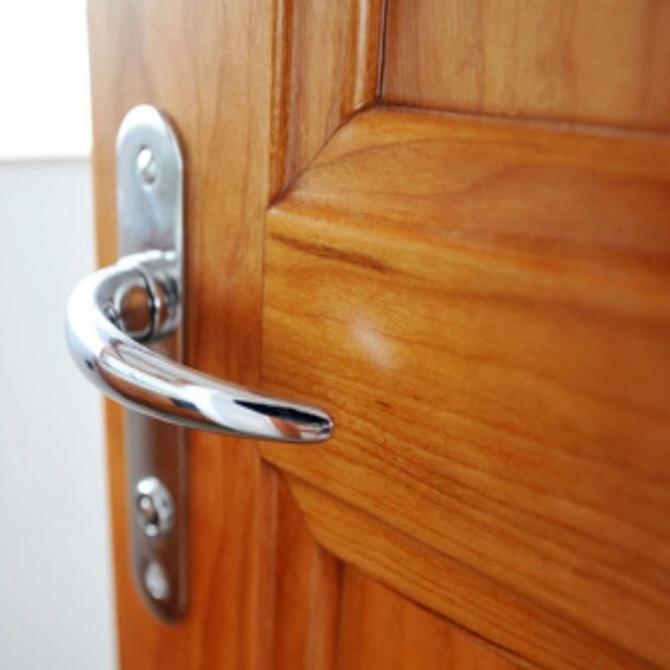 La limpieza de las puertas de madera