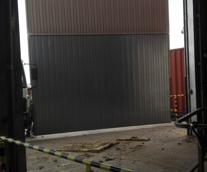 montaje de puerta basculante preleva golpeada