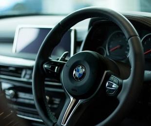 Cómo debes sujetar el volante mientras conduces