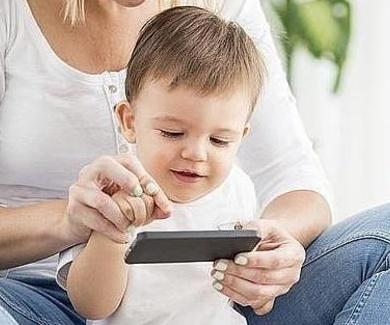 Los riesgos de calmar a los niños con el teléfono móvil