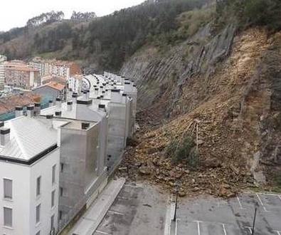 Desalojadas otras 97 familias en Ondarroa tras otro desprendimiento