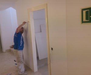 lacado de puertas y marcos de apartamentos Mar y Vent, en Sant Antony