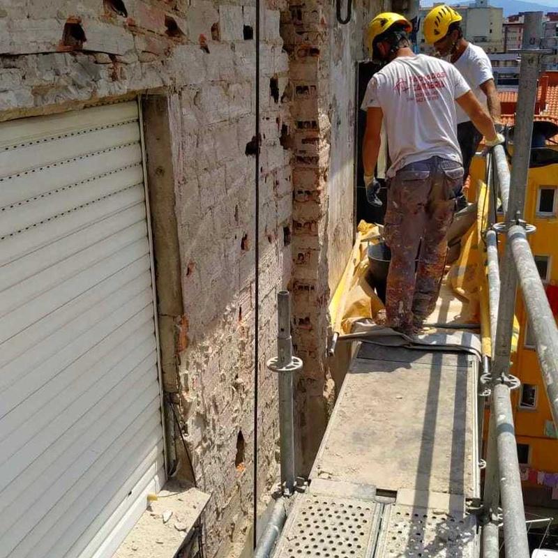 Demolición de fachada de revoco con revestimiento de uralita en santander