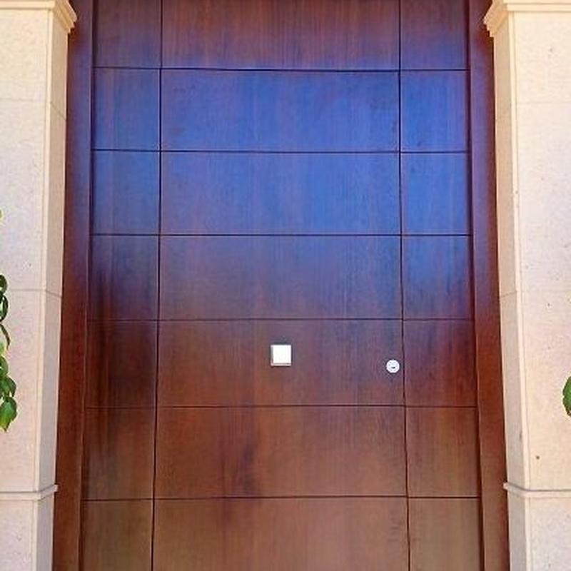 Puerta principal en madera de iroco.