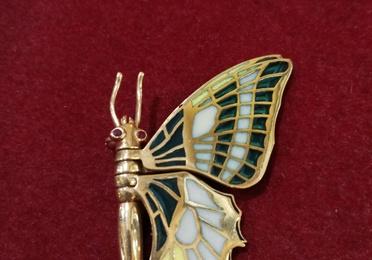 Broche de mariposa de oro de 18k con esmalte pliqué a jour. Circa: 1980.