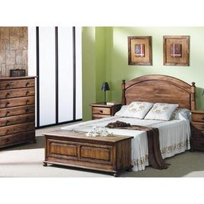Dormitorio en pino macizo, teñido en color nogal.