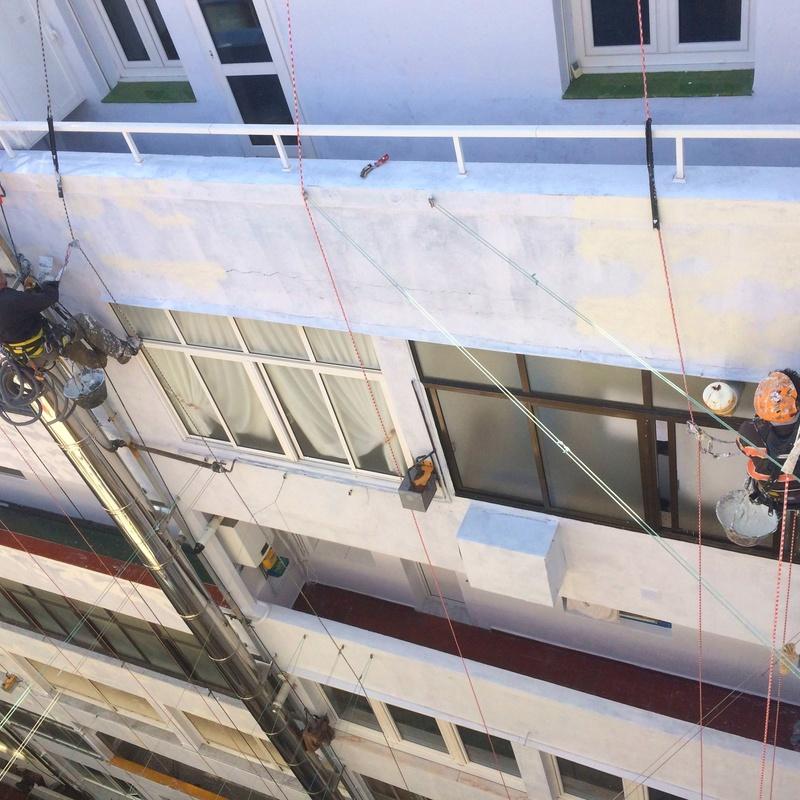 Reforma de patio interior con trabajos verticales en Santander.