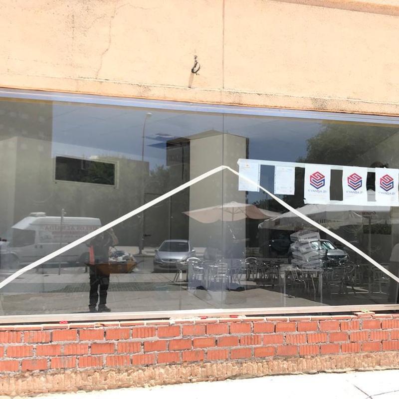 Conjunto de fachada de local comercial de acero inoxidable:  de Icminox