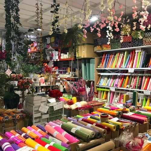 Interior de la parada del Mercado de Vilassar de Mar con envoltorios decorativos y complementos para floristería -Fernando Gallego SCP