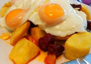 Huevos rotos con chistorra navarra