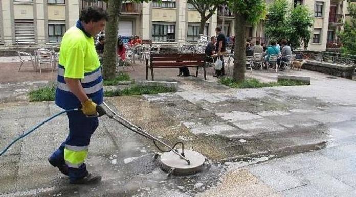 Un trabajador de la limpieza