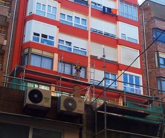 Antes y después de la rehabilitación de fachada de ladrillo caravista.: Trabajos verticales Santander  de Trabajos Verticales Cantabria