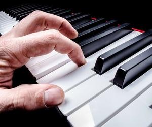 Aprender a tocar un piano moderno: el piano rock