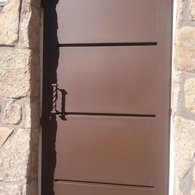 Puerta peatonal de bandejas horizontales.
