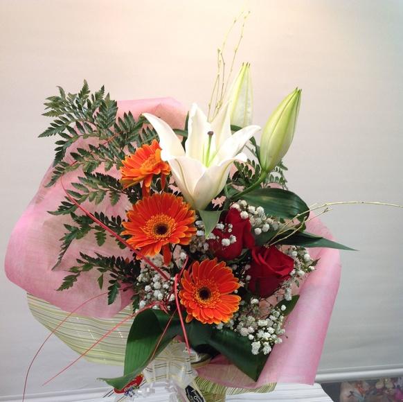 Jarrón con rosa, lilium, gerberas:  de Floristería Contreras