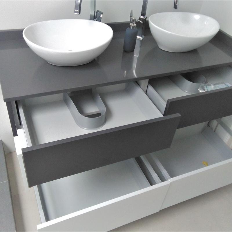 Mueble de baño suspendido en gris y blanco