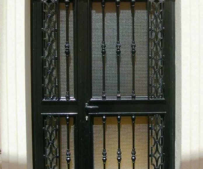 Puerta de hierro de 2 hojas abatibles con paño fijo superior