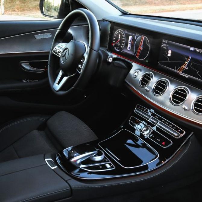¿Qué elementos deben ser limpiados en el interior del coche?