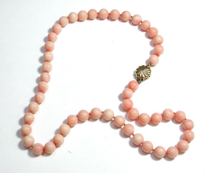 """Collar con cuentas de coral """"piel de ángel"""". 1970-1980: Catálogo de Antigua Joyeros"""