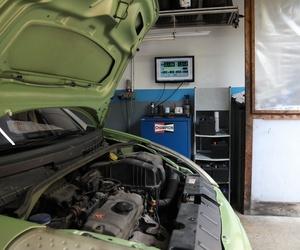 Coche con capó abierto en Automecánica Sabru