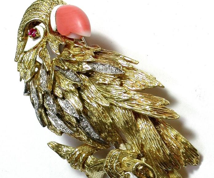 Broche con forma de papagayo en oro bicolor, coral, rubí y esmalte. 1960.: Catálogo de Antigua Joyeros