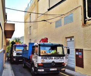 Trabajos con camión grúa para instalación de andamios eléctricos