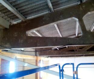 Reforma de pabellón de hormigón colocando subestructura en falso techo
