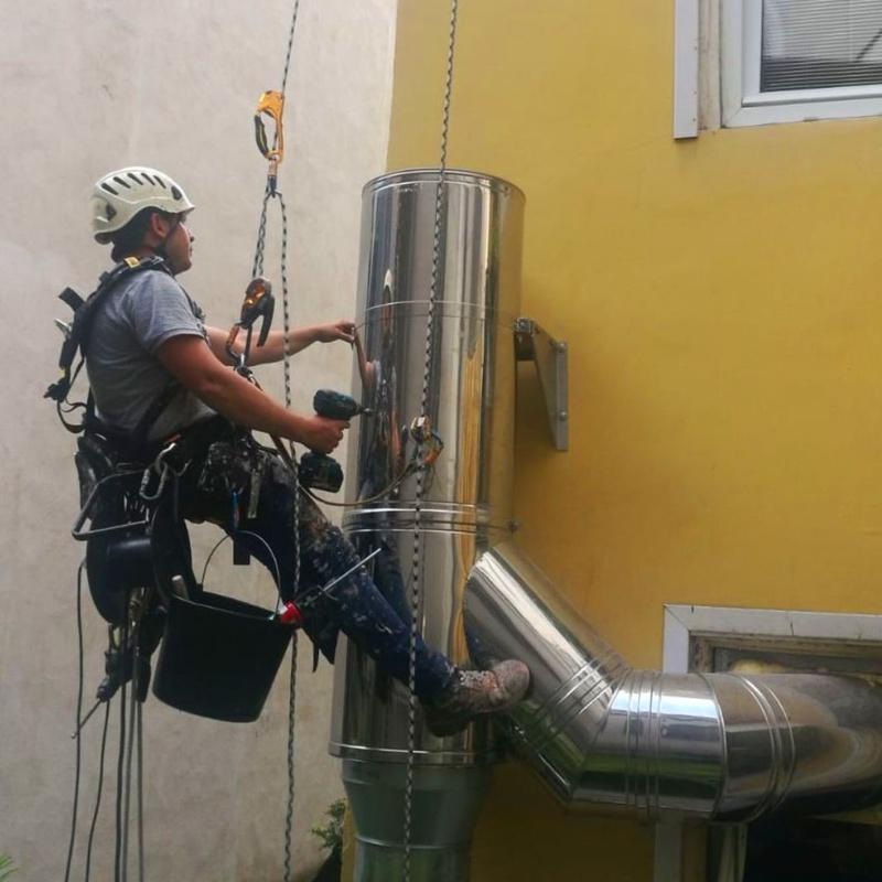 Instalación de tubos de salidas de extracción de humos de cocinas en Santander