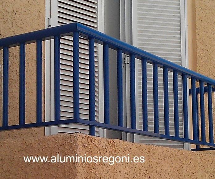 Baranda de aluminio ral 5010 con balaustres redondos y pasamanos redondo