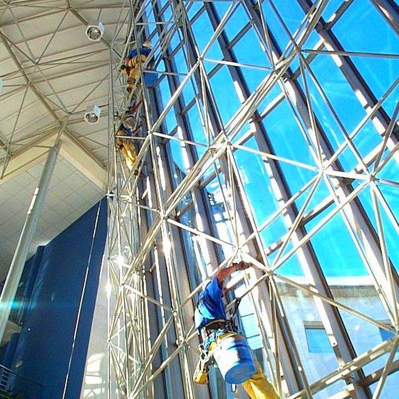 Limpieza de muro cortina con sistema de trabajos verticales. Conservatorio de música Santander.