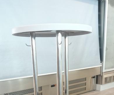 Mesa alta de acero inoxidable para bar o restaurante con papelera incorporada.