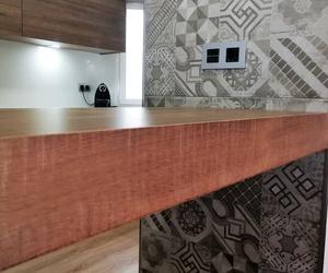 Barra de madera en cocina. Diseño y montaje a medida