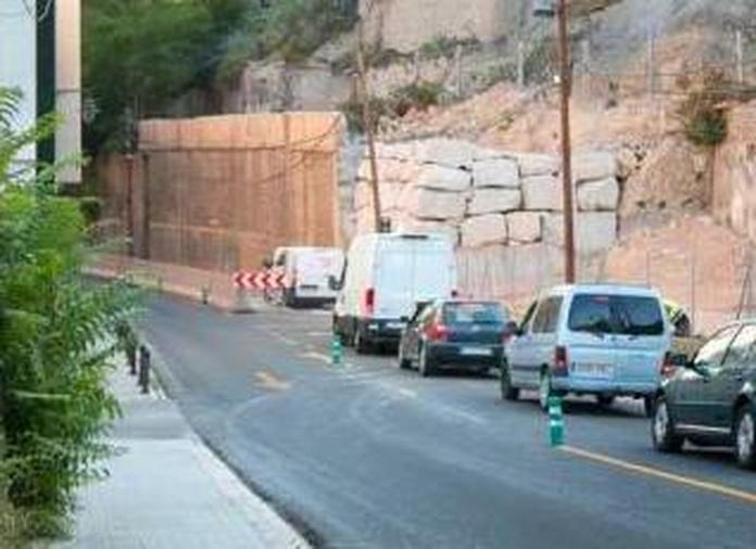 En la imagen se aprecia el carril cortado, justo delante del muro de escollera construido